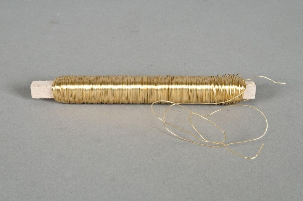 A165MG Bobine de fil de fer sur bois or