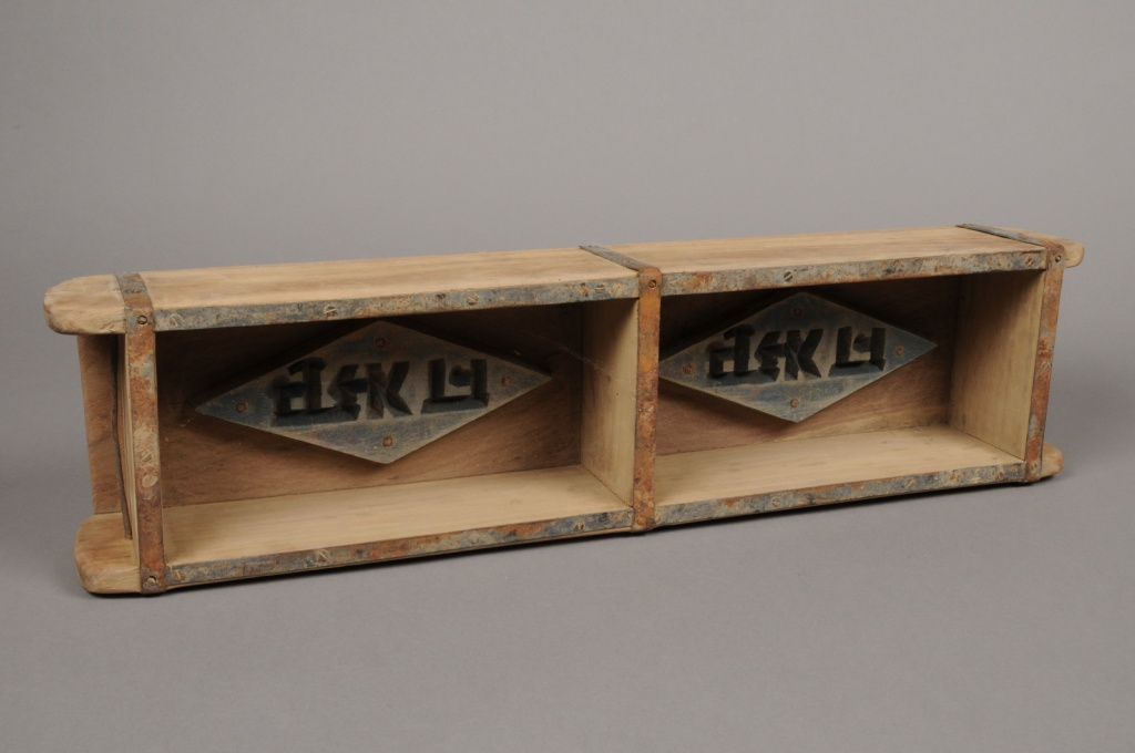 A176U7 Wooden box 58x14cm H9cm