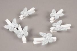 A845GM Sachet de 6 pinces en bois blanc avec papillon gris H5cm
