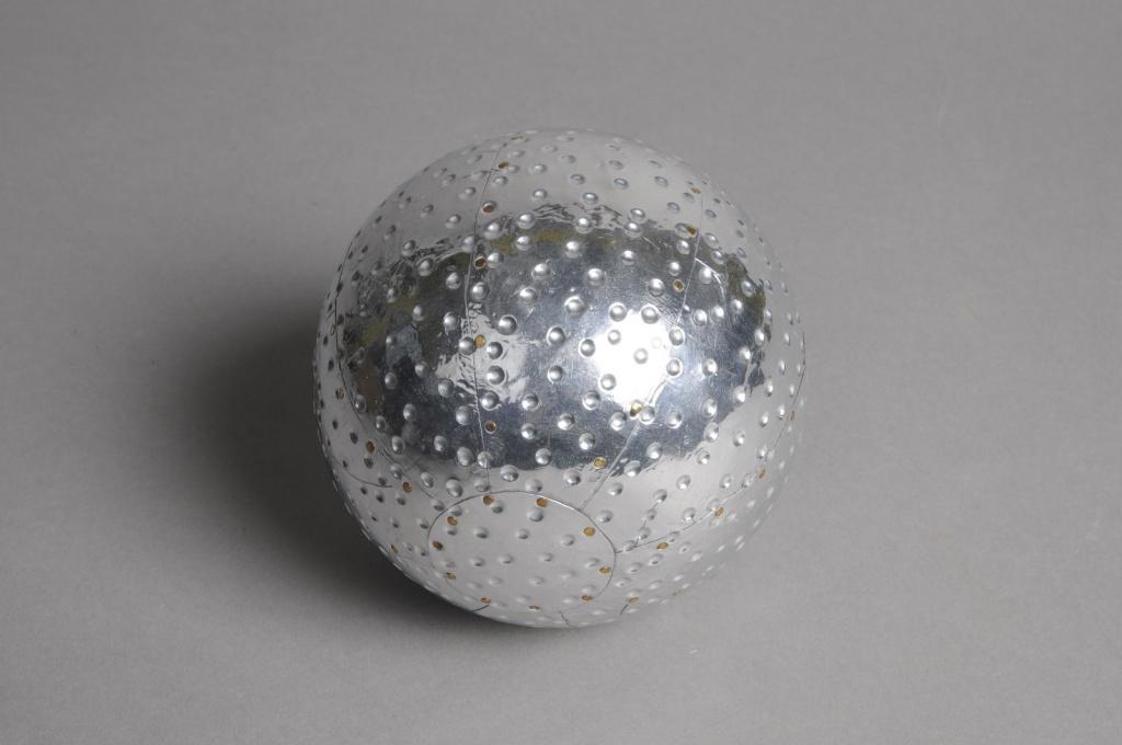 A564UO Boule en aluminium rayures et points diamètre 11cm