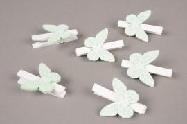 A846GM Sachet de 6 pinces en bois blanc avec papillon vert H5cm