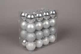 X024ZY Boîte de 32 boules en plastique argent D6cm