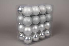 X025ZY Box of 32 plastic balls silver D8cm
