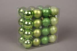 X048ZY Boîte de 32 boules en plastique vert anis D6cm