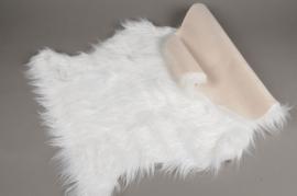 X137U7 Peau de mouton synthetique blanche 58cm x 90cm