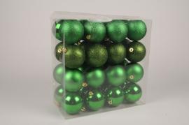X177ZY Boîte de 32 boules en plastique vert D8cm
