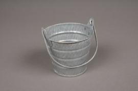 A039Q4 Zinc bucket with handle D8.5cm H7.2cm